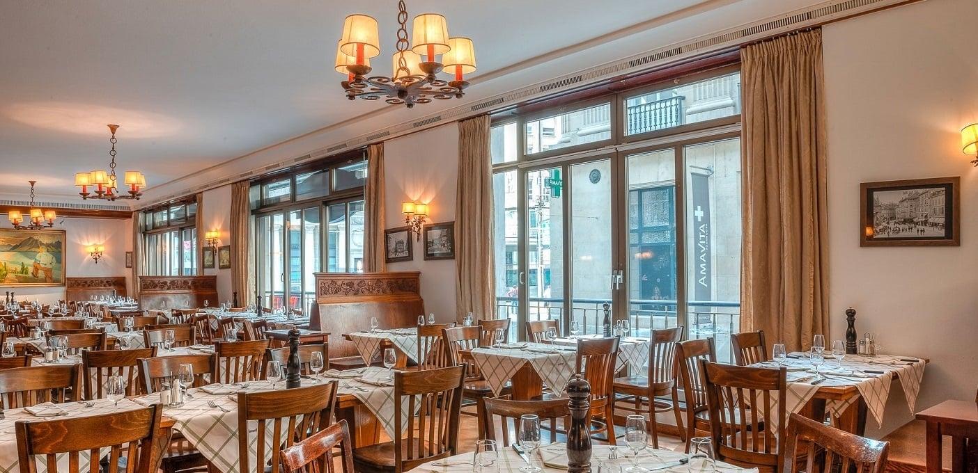 tables inside the restaurant Le Café Romand