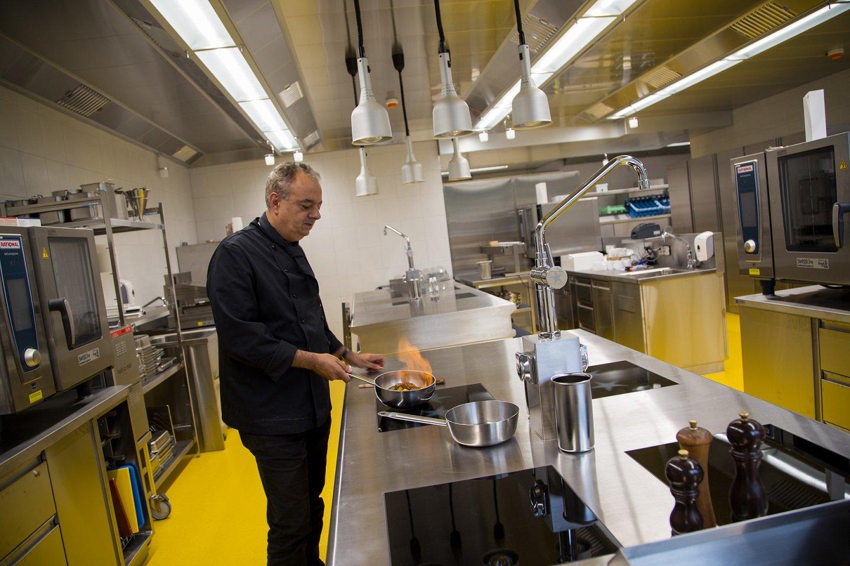 Gion Fetz in der Küche der EHL Hotelfachschule Passugg