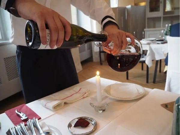 Li Yifu lernt den Weinservice bei EHL Passugg