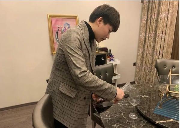 Li Yifu übt zu Hause weiter Weinservice