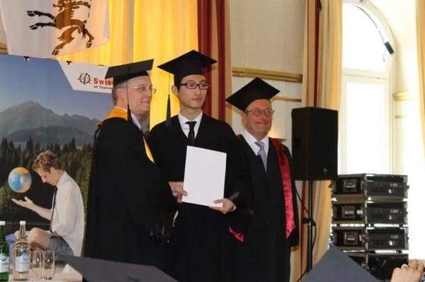 Teven Yan an der Diplomfeier bei EHL Passugg